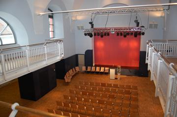 Innenaufnahme der Kapuzinerhalle Burgau - Saal des Kulturzentrums