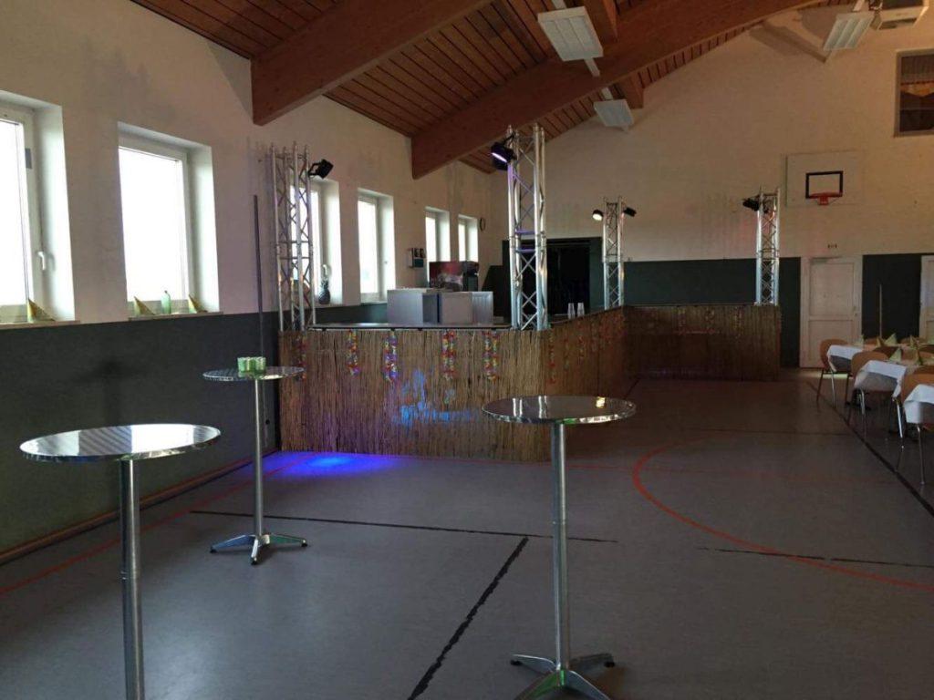 Bar in Z-Bauweise mit LED-Beleuchtung und Verkleidung passend zum Konzept des Kunden