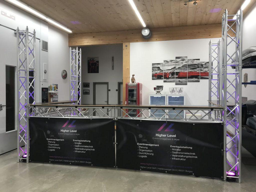 Bar mit LED-Beleuchtung, individuell an die beengten Platzverhältnisse des Kunden angepasst