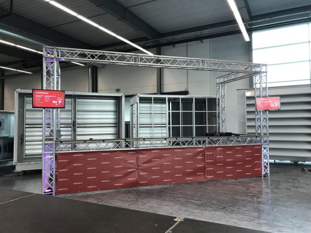 Bar mit LED-Beleuchtung, TV-Screens und Banner in der Unternehmens CI